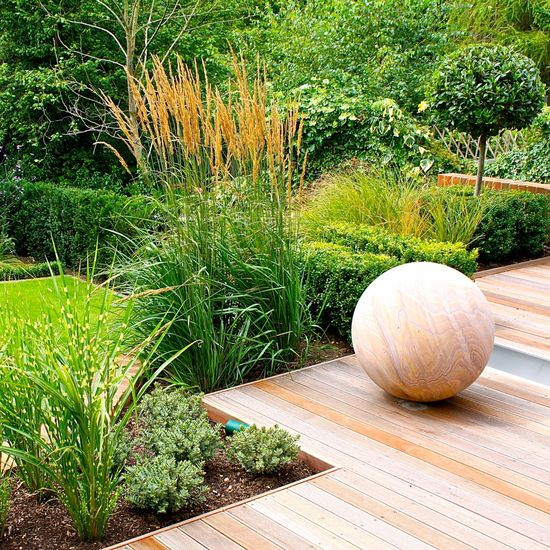 JOANNE_ALDERSON_GARDEN_DESIGN_BERKSHIRE_SPHERE_4 sandstone sphere has same coloration as the deck
