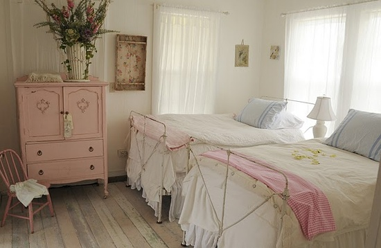What a cute bedroom.