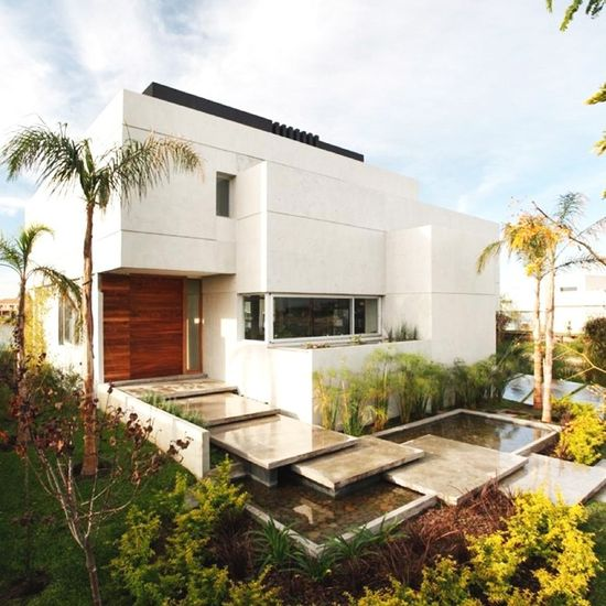This contemporary residence  called Case Del Cabo was designed by Buenos Aires-based architects Andres Remy Arquitectos.