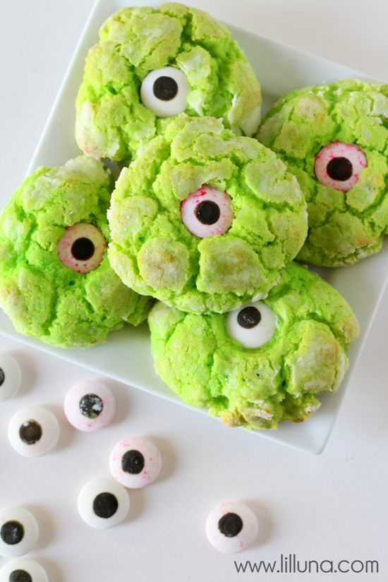 A perfect Halloween treat - Ooey Gooey Monster Eye Cookies { lilluna.com }