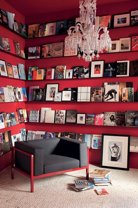 Coin Bibliothèque rouge  #interiors #bookshelves #red