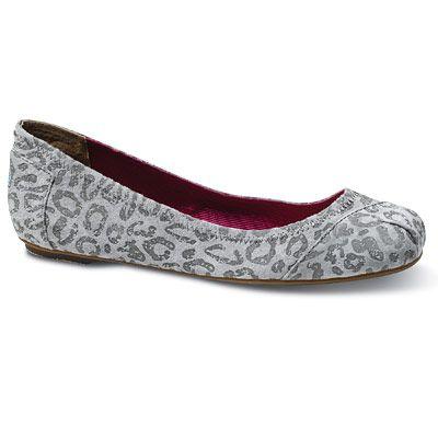 Jessica Alba Favorite Travel Items #shoes #fashion #travel
