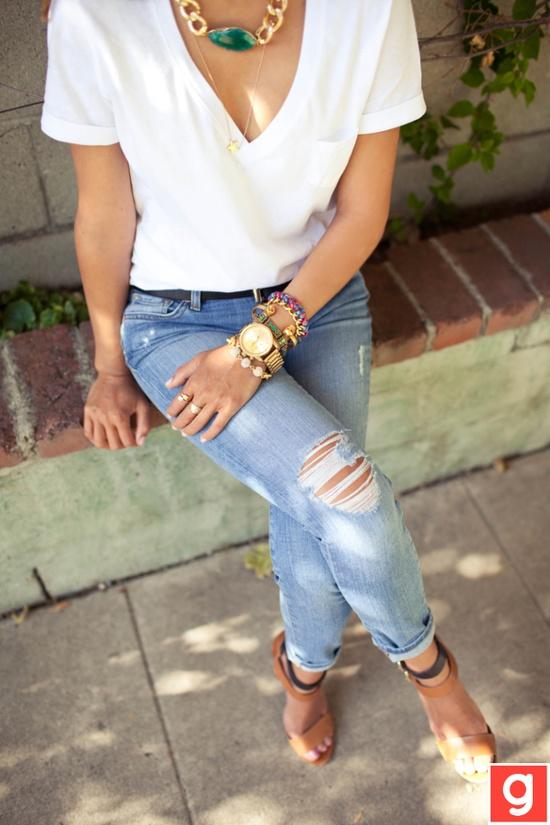 biały t-shirt i duży naszyjnik
