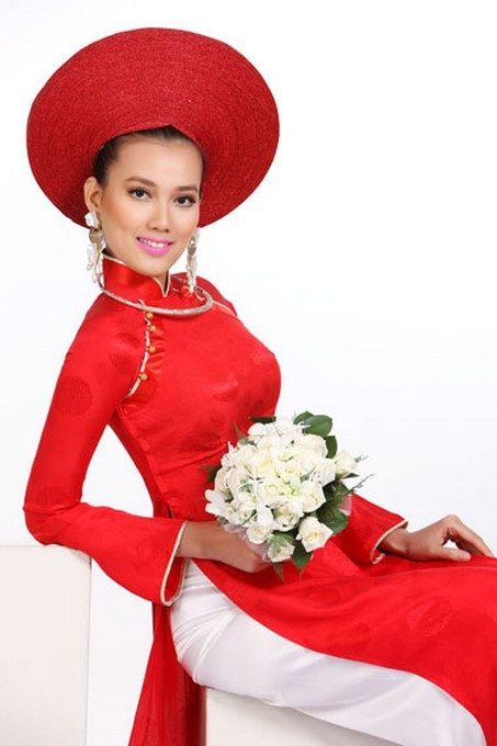 Ao Dai Cuoi - WRWR183 / Here comes the bride, all dressed in red. Wedding dresses are getting revolutionized by style trends that result in fresh, yet extremely gorgeous and wearable / aodaihoanguyen.co...