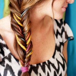 Lots of fun ways to wear fishtail braids, including this colourful yarn fishtail braid tutorial!