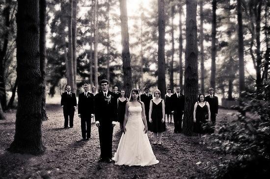 Great outdoor wedding photo idea! ?