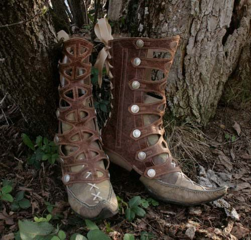 Cut-out strap gaiters elven boots. By lesfrivolites.