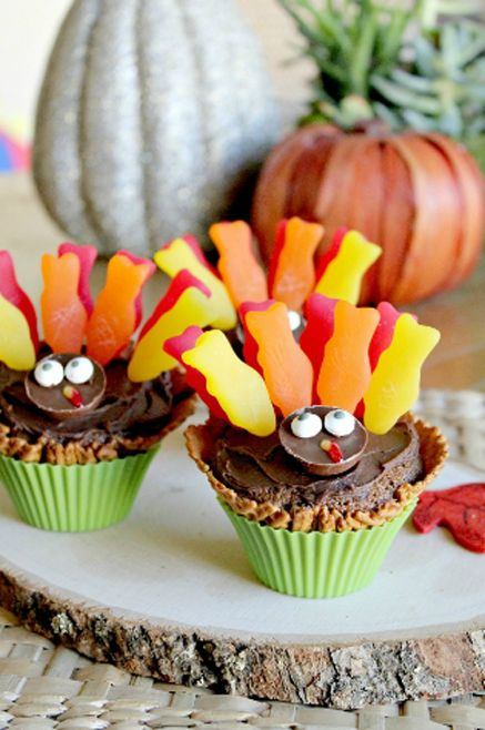 Thanksgiving is my favorite holiday!  I like to make something cute like these cupcakes each year since we host it at our house.