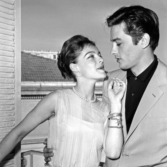 Actriz Romy Schneider (1938-1982), con el actor de Alain Delon (n. 1935), Fecha Desconocida.