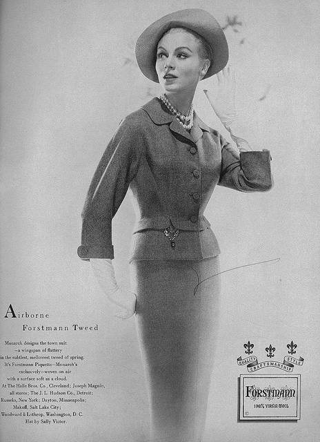 I can never get enough of elegant 1950s daywear looks like this. #vintage #fashion #1950s #pearls