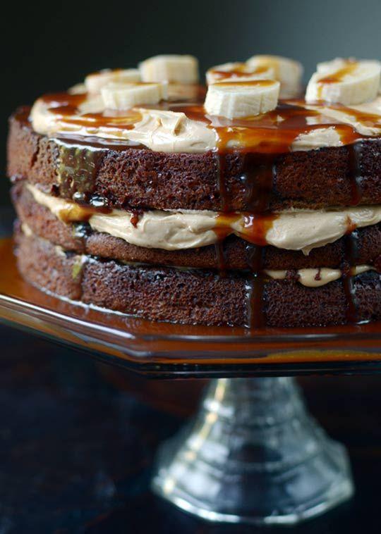 Pastel de chocolate con caramelo y platanos.