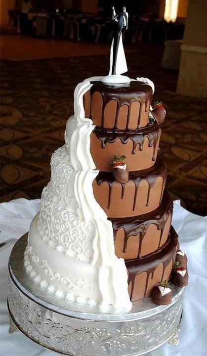 Wat een kunstwerk: een witte bruidstaart en een chocoladetaart in één!