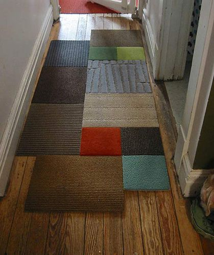 O Corredor também pode ser decorado. A dica é montar uma espécie de patchwork com tapetes de cores diferentes. Descolado e interessante! | Foto: www.revistaartesanato.com.br
