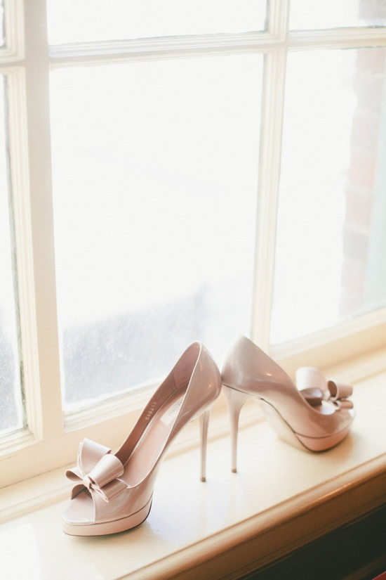 nude bow shoes   Photography By / onelove-photo.com