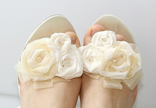 Vintage Inspired Ivory Shoe Clips: OOoo, lovely and could be used with any shoe.
