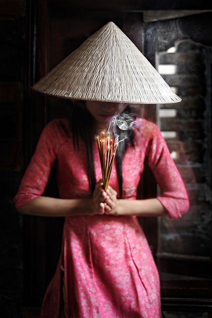 Vietnamese Lady and Incense by David_Lazar, v/Flickr.