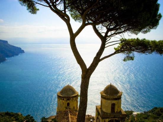 Vista desde el Siglo 13 Villa Rufolo en Ravello, Costa de Amalfi