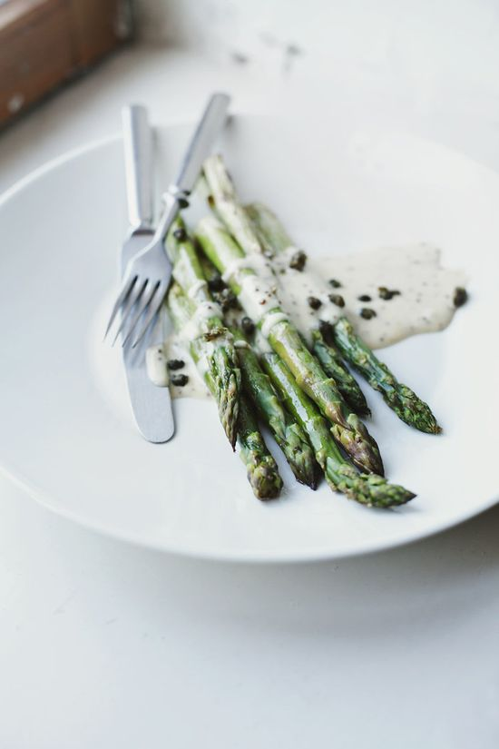Easter: roasted asparagus with a tangy mayonnaise and fried capers