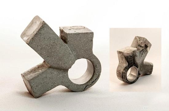 """Amira Jalet presents """"La esencia del Otro""""  Cemento procesado con arena y piedra, rejilla electro-soldada, resina transparente, madera de balsa y laurel, vidrio de color y aluminio."""