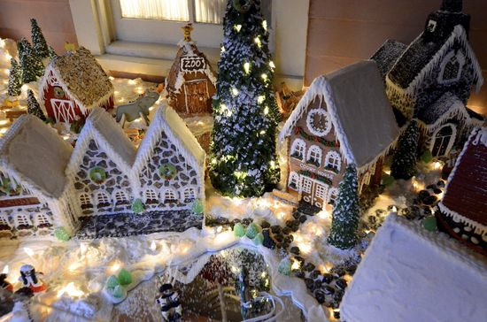 Cheerful holiday events offer festive activities including gingerbread house building! #PoconoMtns