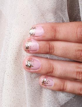 gradient glittery manicure.