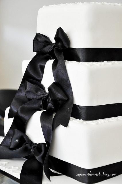 Black and White Wedding Cake @Destinie Duncan Smith OMG gorgeous!