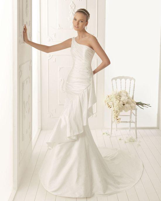 Dress by Aire Barcelona!  www.weddingthingz...