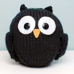 Free knitting pattern for a Little Black Owl. Chunky yarn = fast knit gift!
