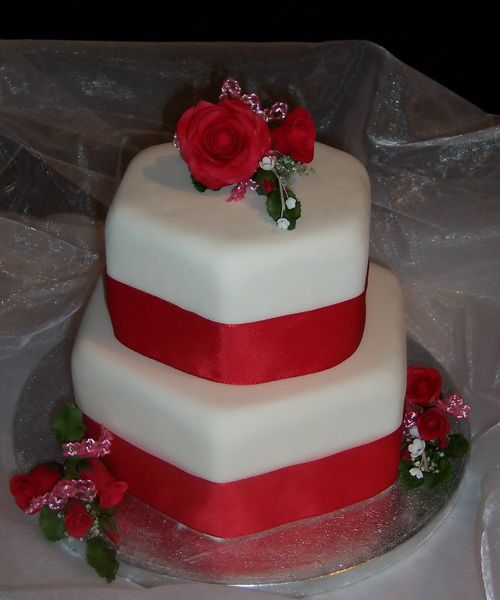 red flowerw wedding cake