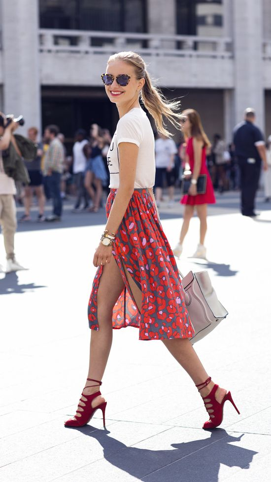 Printed tee, amazing skirt and shoes ?