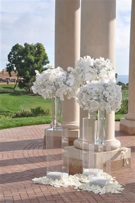 love these large flower arrangements for a modern wedding event