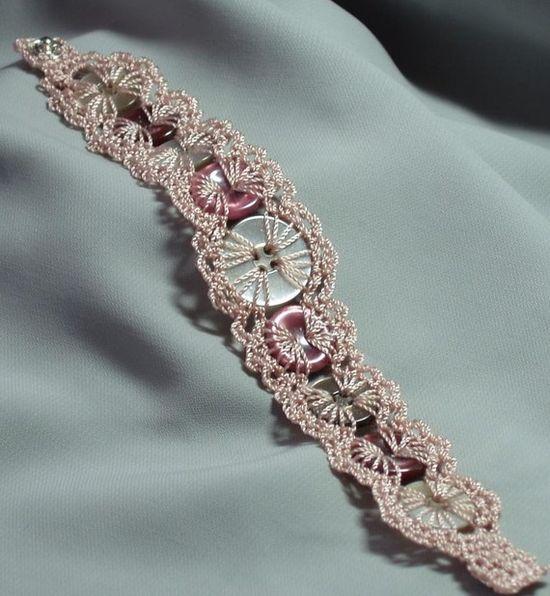 Very original button bracelet !!!