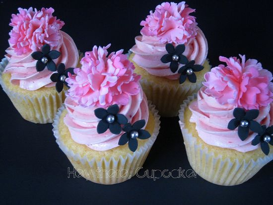 pink and black cupckaes