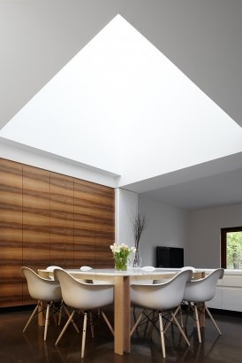 :: INTERIORS :: flooding an interior with natural light is always a lovely way to highlight a space #interiors