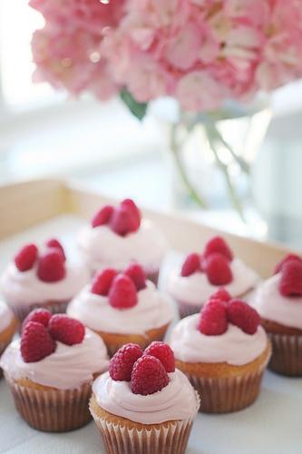 sweet cupcakes: mmmm raspberries