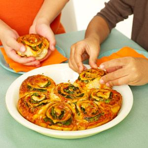 These look so good. Put sauce, cheese, and spinach on refrigerated pizza dough, then roll it up and cut into spirals. A great snack or fun lunch for kids.