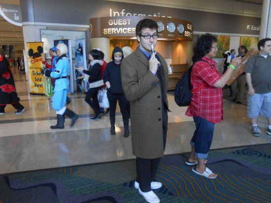 "The Master of Photobombing ""Doctor Who"" Cosplayers"