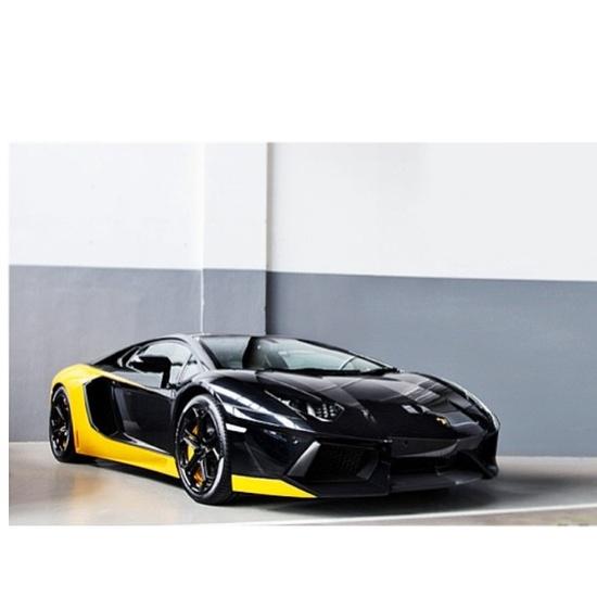 Slick yellow & black Lamborghini Aventador