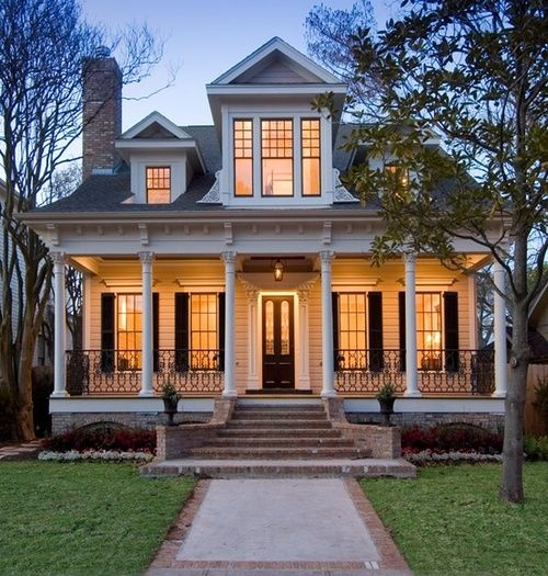 Love the full front porch...