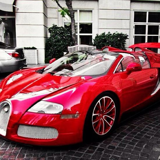 This is one of the nicest i have seen a Bugatti! looks great! in Red! what do you peeps think? www.facebook.com/...