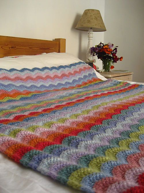 Nothing stingy about the size of this ripple blanket - Lucy's super-easy pattern. Her  blog is really fun, with a number of free  patterns   #DIY #craft #crochet #afghan #blanket