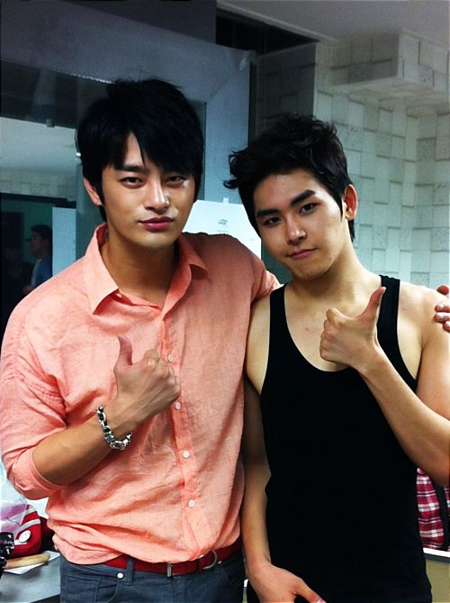 Hoya and Seo In Guk snap a friendly photo at INFINITE's 'That Summer' concert