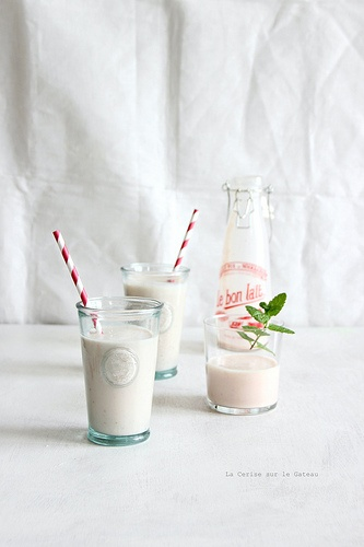 milkshake au lait d'amande, pêche & fruits rouges
