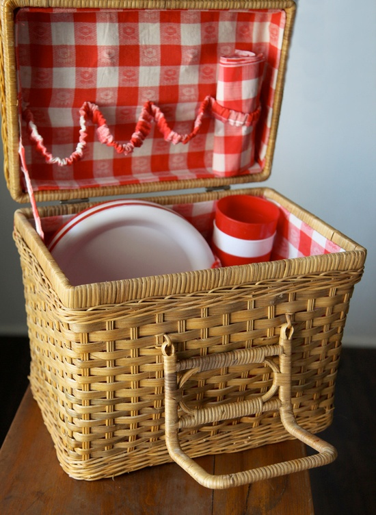 I love picnic baskets for summer picnics....this is soooo cute!