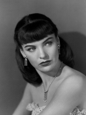 Love actress Ella Raines' bangs in this elegant portrait. #vintage #actress #1940s #hair