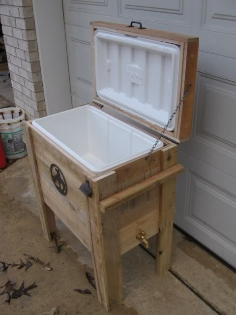 DIY Pallet Cooler. Perfect for reusing old coolers. Great Idea for the deck!