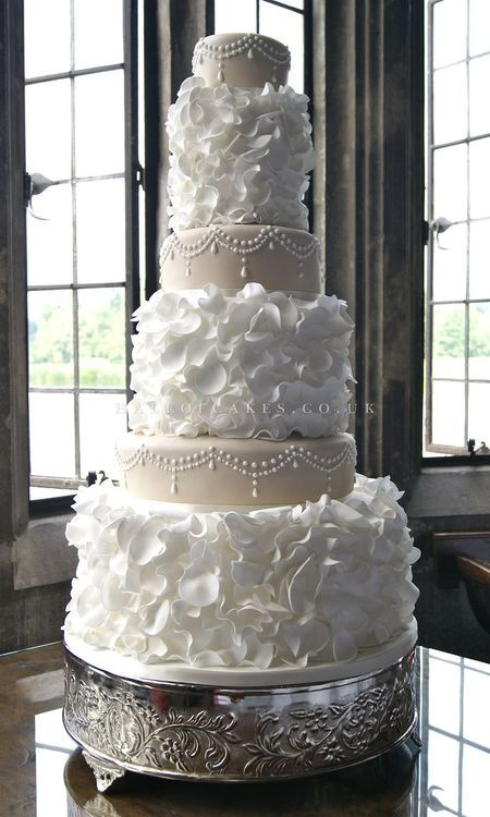 We love this stunning wedding cake! Like us @ www.facebook.com/... www.thebridalgall...
