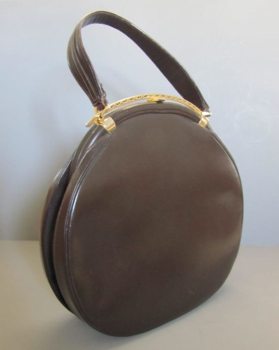 I've never had the pleasure of seeing a Schiaparelli purse in real life. #vintage #handbags #schiaparelli