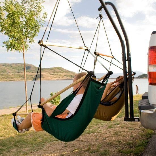 Седалки-хамаци прикачени към теглич на кола