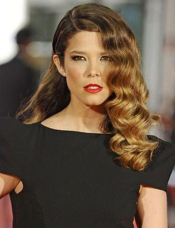 Juana Acosta muy guapa con su peinado años 20 con ondas abiertas y labios en rojo intenso en los Goya 2012.